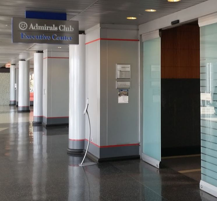 aa-admirals-club-chicago-entrance